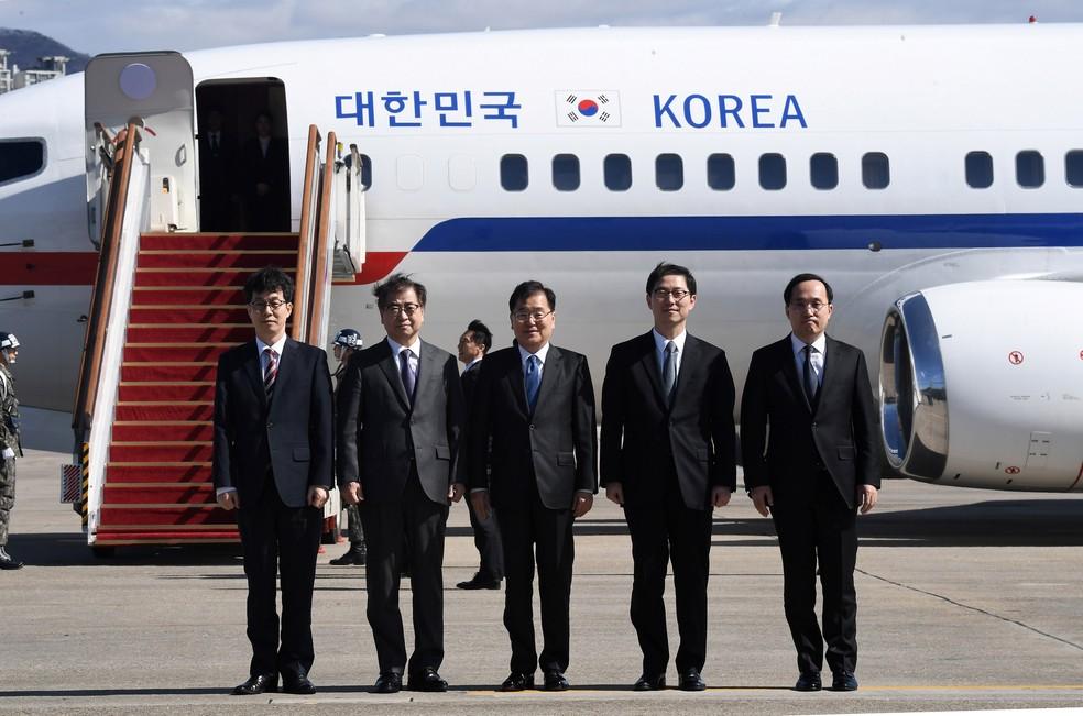 Chung Eui-yong, diretor do Escritório de Segurança Nacional, Suh Hoon, chefe do Serviço de Inteligência Nacional e outros membros da delegação da Coreia do Sul antes de decolar para um encontro com Kim Jong-un em Pyongyang (Foto:  Jung Yeon-je/Pool/Reuters)