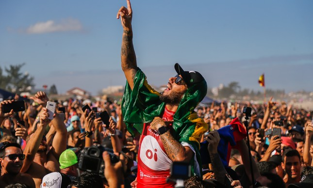 Filipe Toledo faz a festa após a vitória em Saquarema