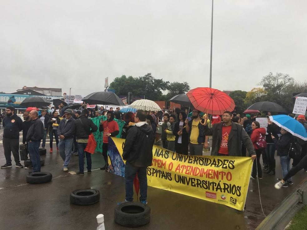 Alunos e professores bloqueiam entrada da UFSM  — Foto: Juliano Castro/RBS TV