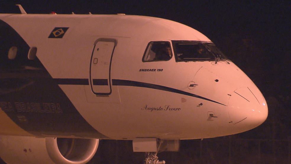 Avião da FAB ao chegar em Brasília (Foto: TV Globo/Reprodução)