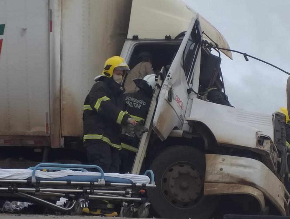 Bombeiros retiraram motorista preso nas ferragens do veículo — Foto: Divulgação