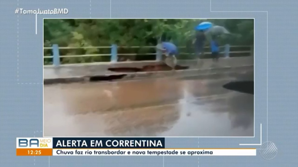 Idosa despencou dentro de cratera na cidade de Correntina, no oeste da Bahia — Foto: Reprodução/TV Bahia