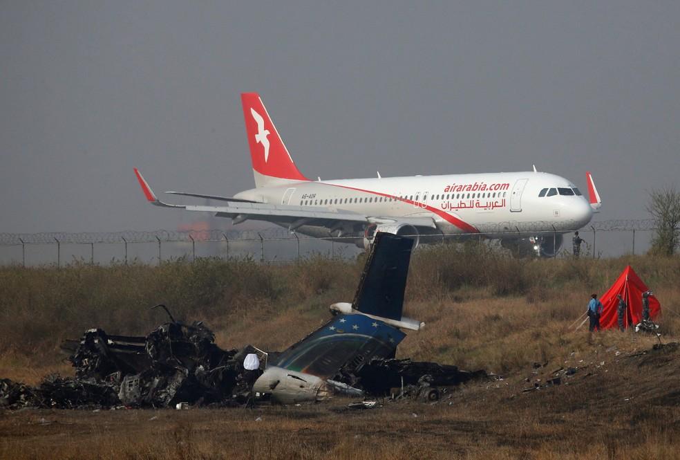 -  Avião pousa nesta terça-feira  13  perto de local onde aeronave caiu ao tentar aterrissar no aeroporto de Katmandu, no Nepal  Foto: Navesh Chitrakar/