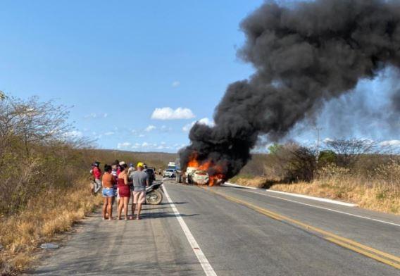 Colisão entre carro e caminhão causa incêndio nos veículos e deixa mortos no Ceará