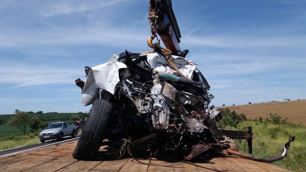 Carro de passeio seguia sentido a Uberlândia e ficou destruído no acidente próximo a Patrocínio  (Foto: PRF/Divulgação)