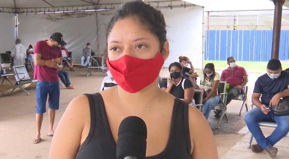 Mislane Souza, de 27 anos, está em tratamento em casa porque não conseguiu um leito de enfermaria para ficar — Foto: Reprodução/Rede Amazônica Acre