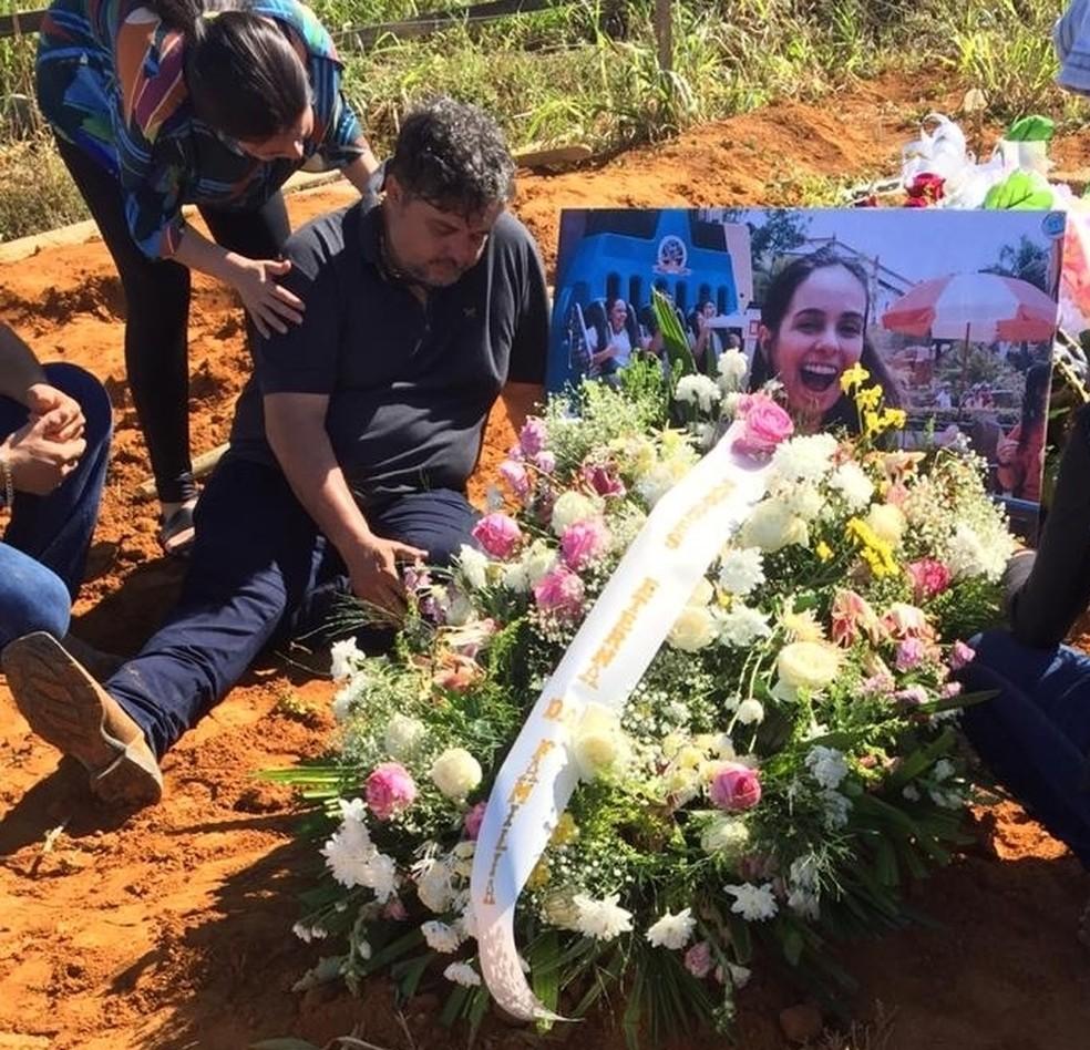 Pai de Camila emocionado ao lado do túmulo da filha, durante o enterro da jovem, no domingo (14). — Foto: WhatsApp/Reprodução