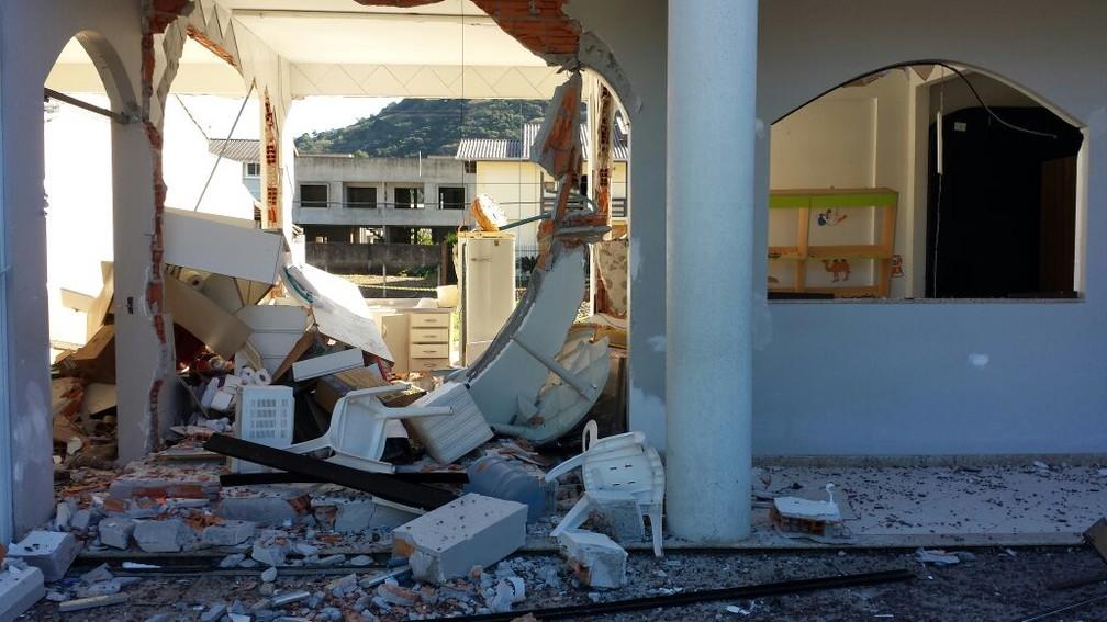 Explosão ocorreu em igreja de Balneário Camboriú nesta sexta (Foto: Luiz Souza/RBS TV)