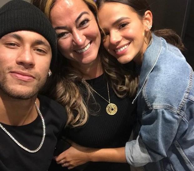 Neymar com a mãe, Nadine, e Bruna Marquezine (Foto: Reprodução/Instagram)