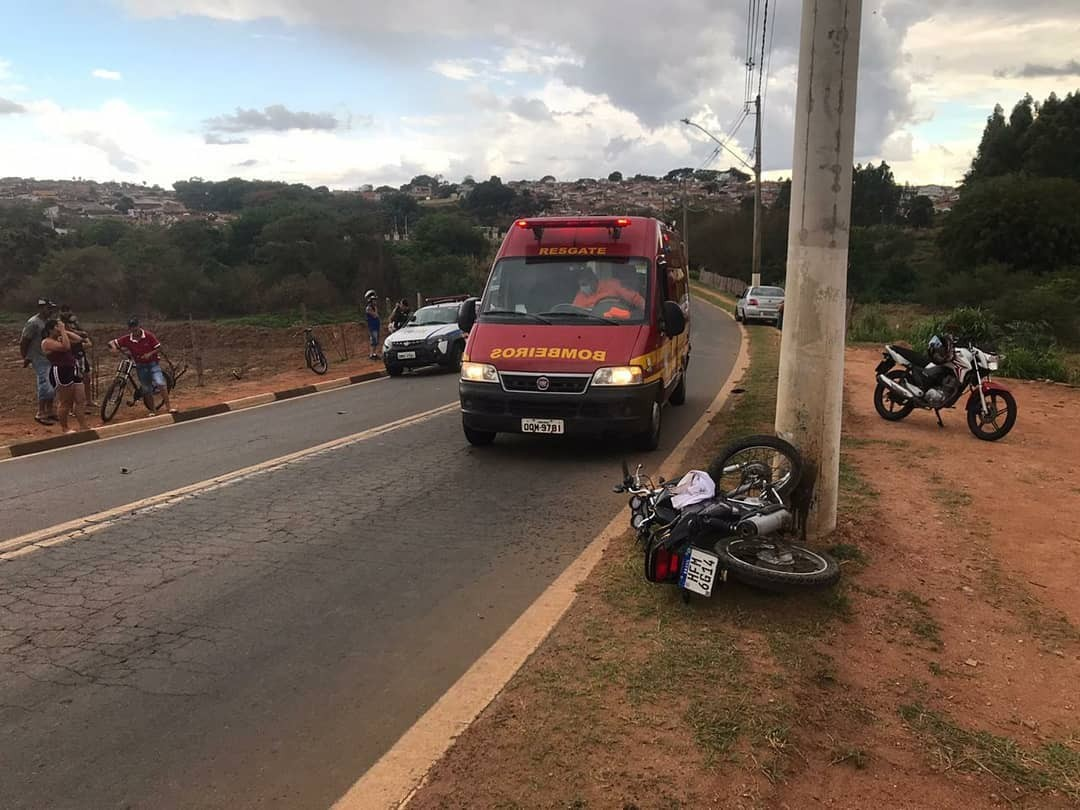 Homem fica ferido após bater moto em poste de iluminação em Guaxupé, MG