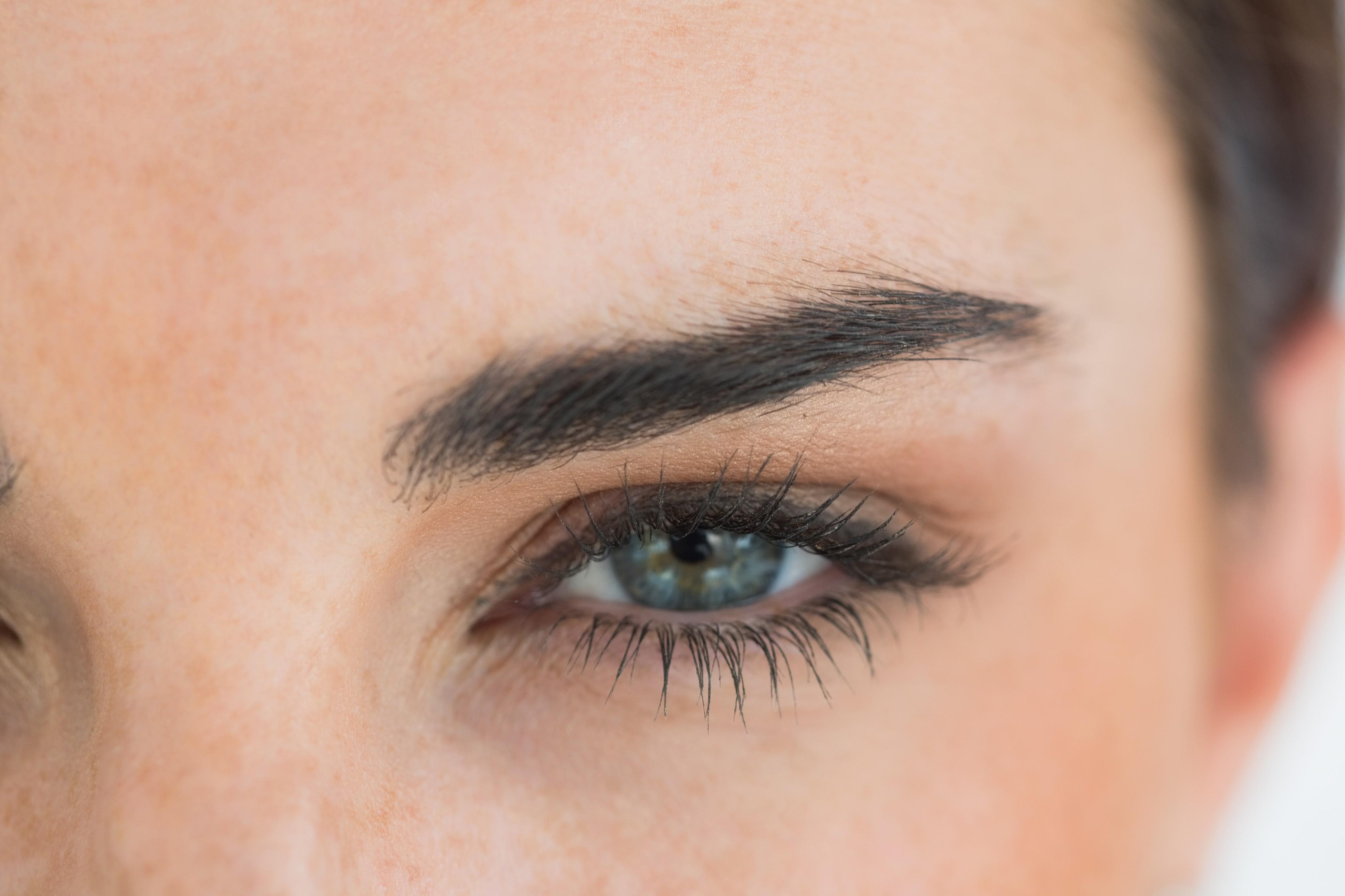 O primer de sobrancelhas promete um aspecto natural e volume, além de hidratar os fios, atuando como um condicionador. (Foto: Thinkstock)