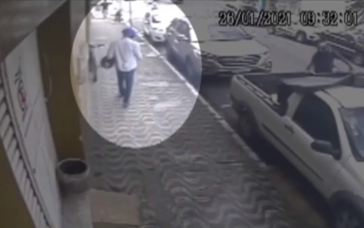 VÍDEO: Câmeras registram furto de motocicleta no centro de Itabuna, no sul da Bahia