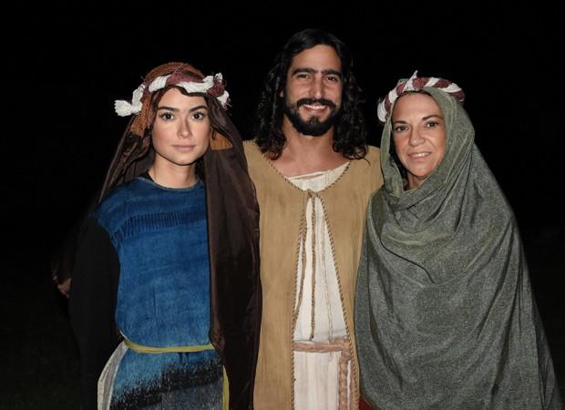 Thaila Ayala posa com a mãe, Maria Eunice, e o namorado Renato Góes (Foto: Felipe Souto Maior/Divulgação)