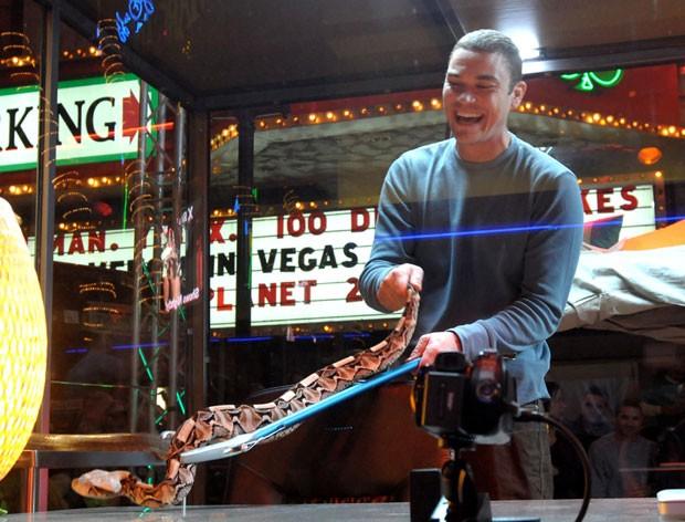 Donald Schultz exibe uma cobra em frente a um cassino em Las Vegas, em 2010 (Fot Glenn Pinkerton/Las Vegas News Bureau/AP)