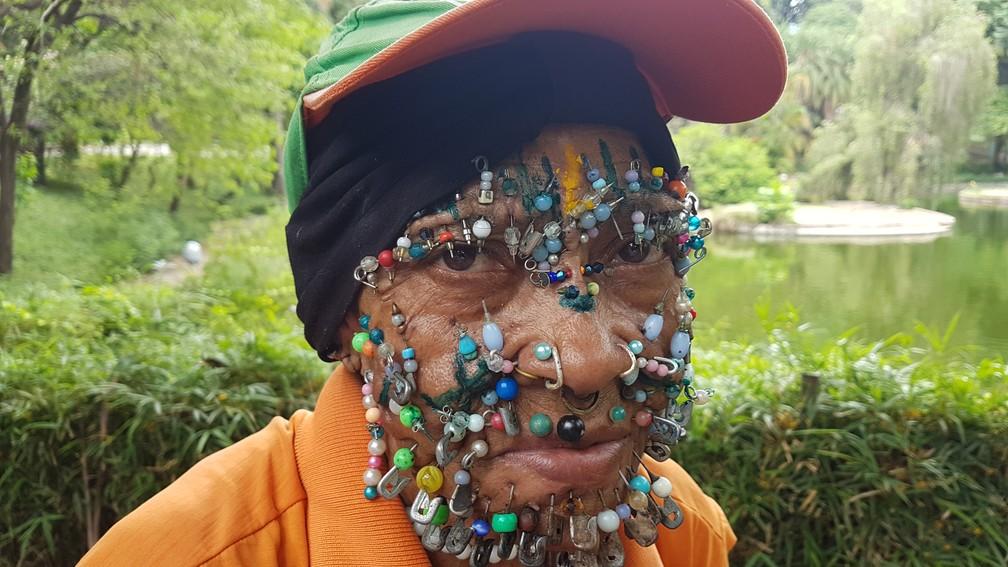 Gari com mais de 100 piercings se destaca no Parque Municipal de Belo Horizonte — Foto: Pedro Ângelo/G1