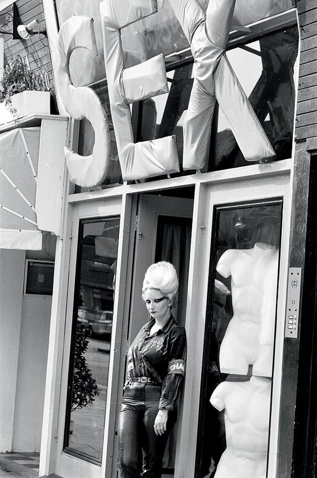 Moda e fetiche - Ícone do punk, a modelo Jordan posa em frente à loja sex (Foto: Getty Images)
