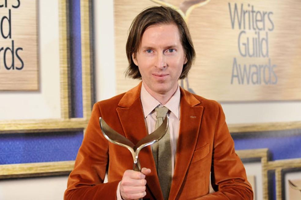 """O diretor Wes Anderson recebe o troféu de melhor roteiro original pelo filme """"O Grande Hotel Budapeste"""" na premiação do Sindicato de Roteiristas dos Estados Unidos neste sábado (14) (Foto: Richard Shotwell/Invision/AP)"""