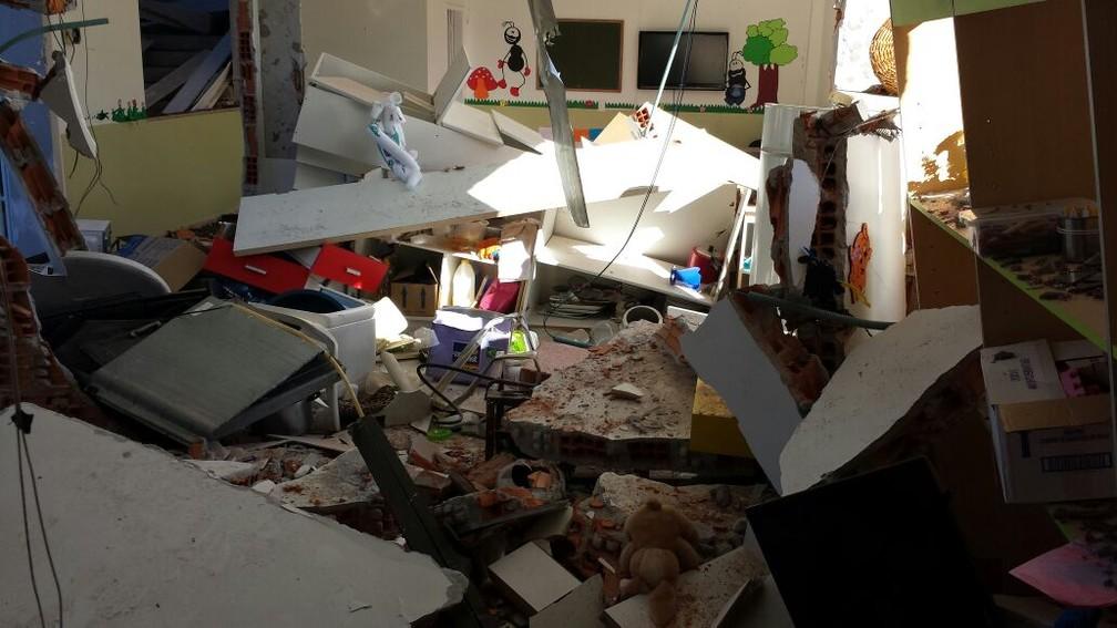 Cômodo da igreja ficou totalmente destruído em explosão (Foto: Luiz Souza/RBS TV)