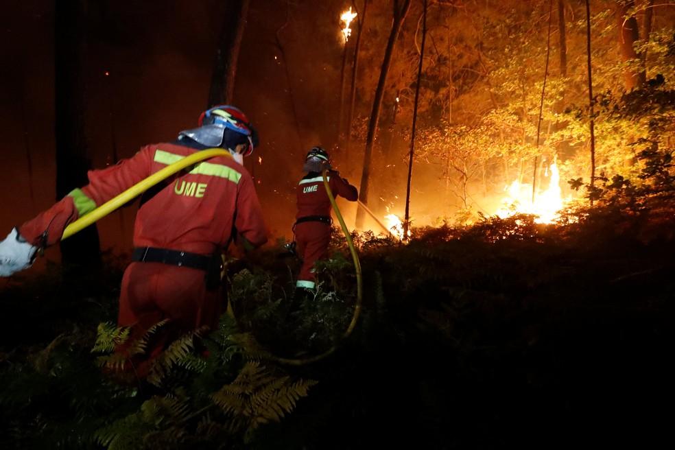 Bombeiros combatem incêndio na Espanha (Foto: Spanish Defence Ministry/UME/Luismi Ortiz/Handout via REUTERS )