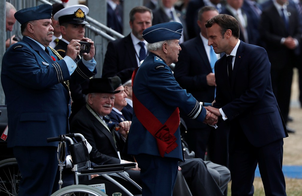 Emmanuel Macron, presidente da França, cumprimenta veteranos da Segunda Guerra durante cerimônia em Portsmouth nesta quarta-feira (5). — Foto: Carlos Barria/Reuters