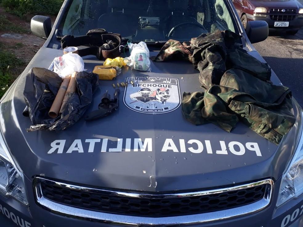 Drogas e armas foram apreendidas na ação  (Foto: PM/Divulgação )