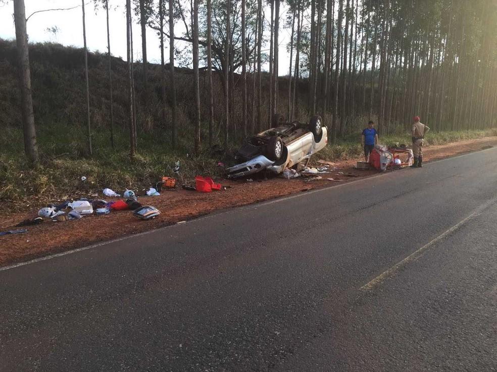 Com a batida, os veículos envolvidos no acidente chegaram a capotar (Foto: Samu/Divulgação)