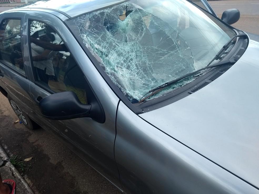 Parabrisa do veículo foi destruído pelo impacto com a cabeça do estudante (Foto: Toni Francis/G1)