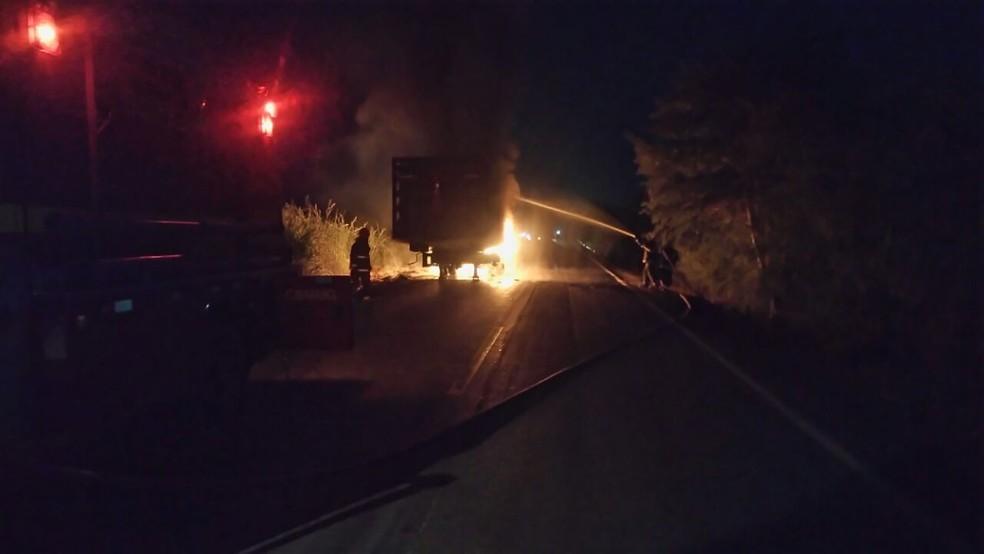 Incêndio na MG-122 consumiu toda a carga de botijões (Foto: Corpo de Bombeiros/Divulgação)