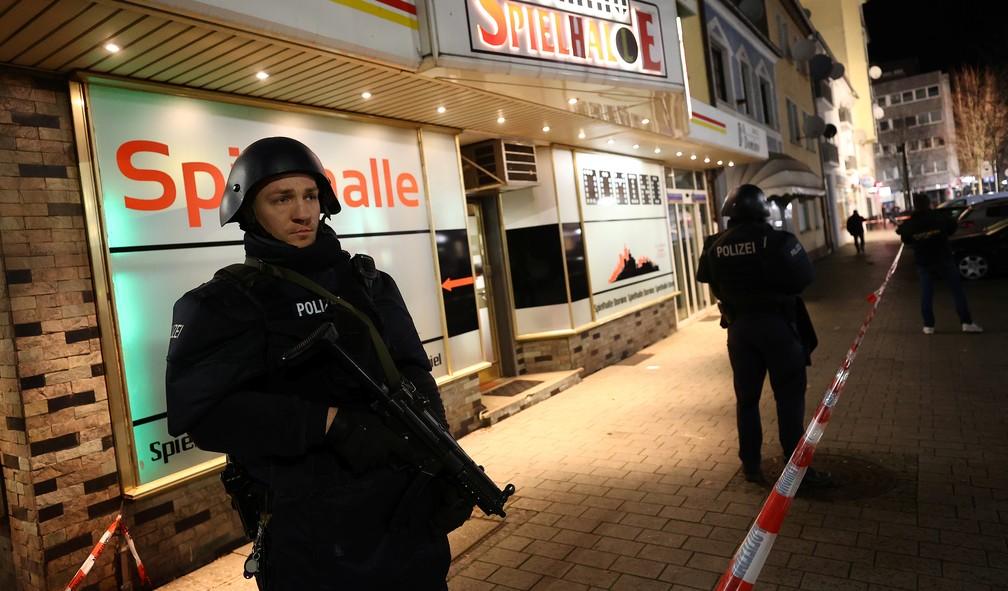 Policiais vasculham arredores de local onde assassino abriu fogo em Hanau, na Alemanha, nesta quarta-feira (19) — Foto: Kai Pfaffenbach / Reuters