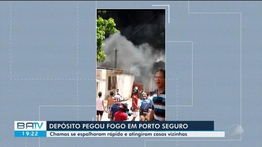 Incêndio atinge depósito e casas em Porto Seguro, no extremo sul do estado