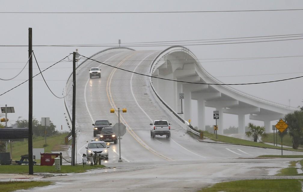 Veículos trafegam pela Intracoastal Waterway Bridge em Matagorda, no Texas, antes da chegada do furacão/tempestade tropical Nicholas no estado em 13 de setembro de 2021 — Foto: Elizabeth Conley/Houston Chronicle via AP