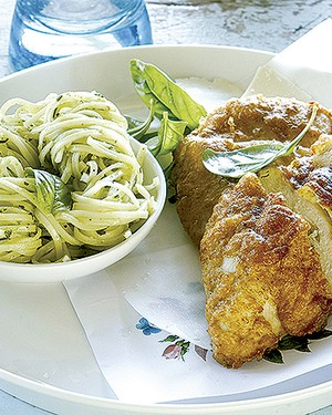 Filé de frango com crosta de parmesão e linguine ao pesto (Foto: Gallo Images Pty Ltd./StockFood)
