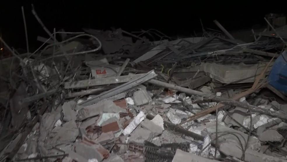 Entulho que ficou no local da demolição é recolhido pela Emlurb na sexta-feira (24) — Foto: Reprodução/TV Globo