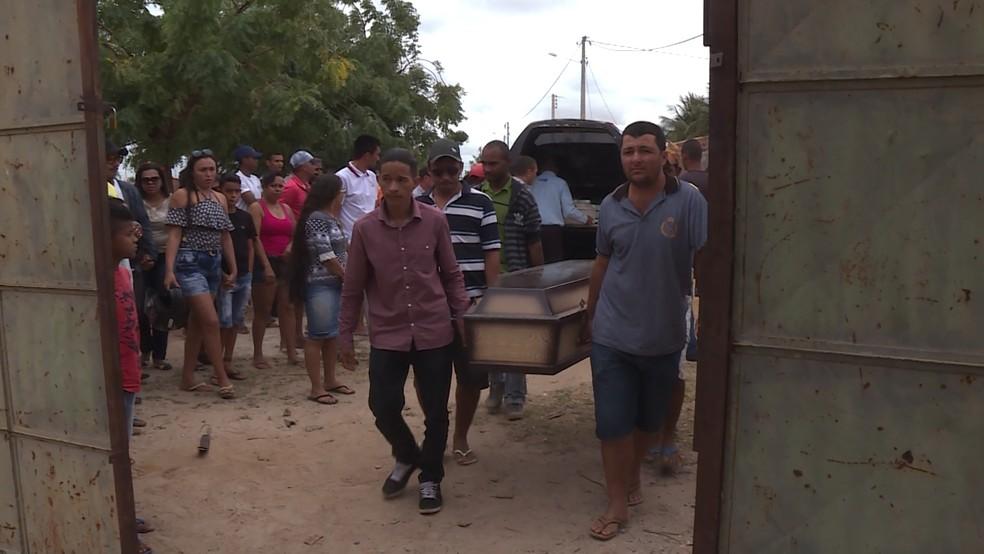 Enterro em Petrolina de mãe e filho assassinados em SP  (Foto: Reprodução/ TV Grande Rio )