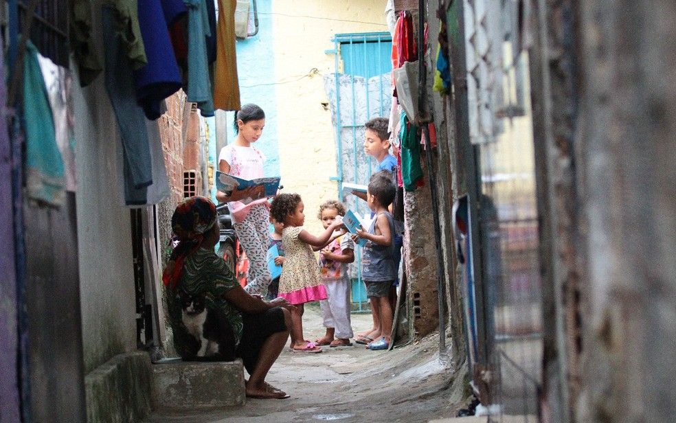 Garota de 11 anos dA? aula em becos de comunidade no Recife (Foto: Aldo Carneiro/Pernambuco Press)