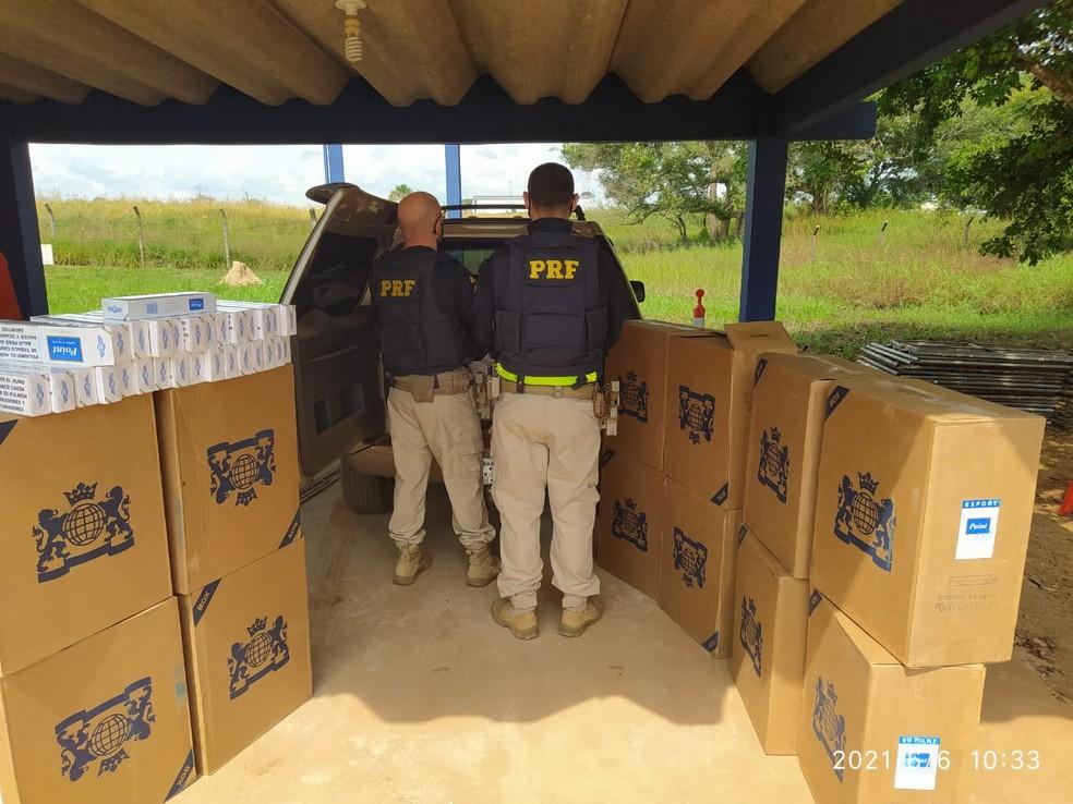 Homem que carregava 8 mil maços de cigarros contrabandeados foge da polícia em Rio Branco  — Foto: Nucom/PRF-AC