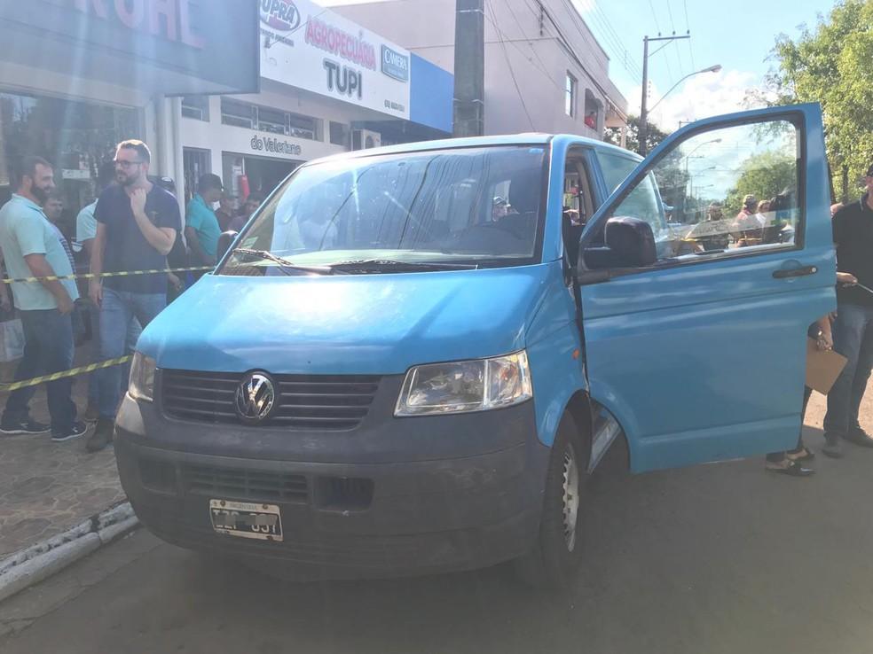 Van azul que teria sido usada pelos criminosos no ataque ao banco em Porto Xavier foi abandonada — Foto: Jota Flores/Rádio Navegantes