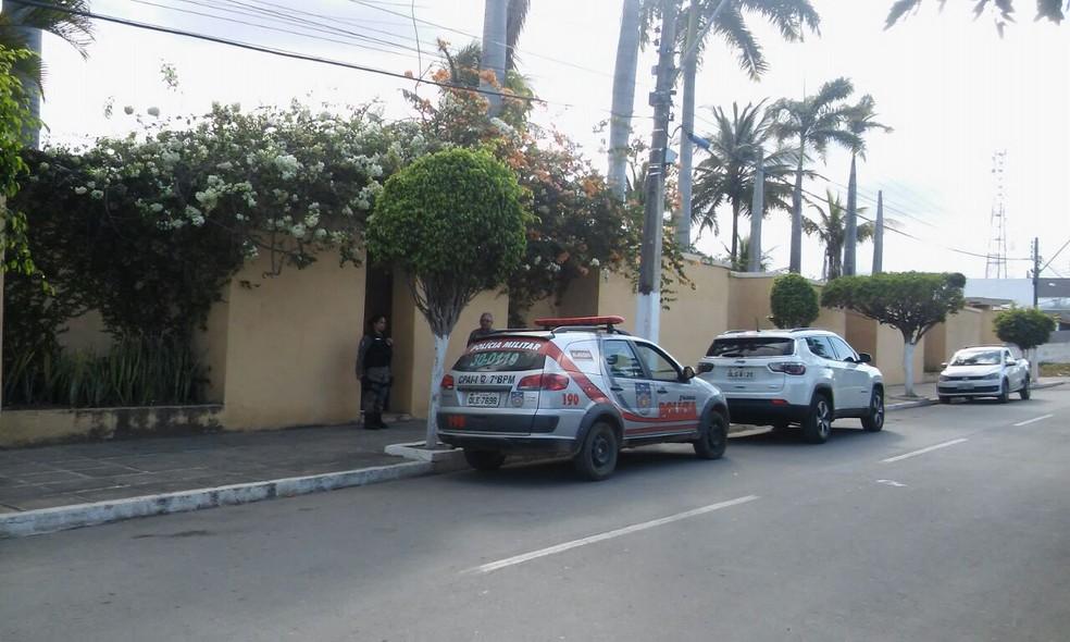 Família de Zé Emílio Dantas, que teria sido baleado por parentes do vereador assassinado, cercada por policiais fazendo segurança (Foto: Giovanni Luiz/TV Gazeta)