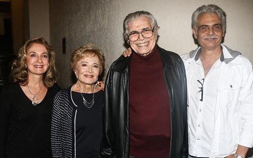 Gloria Menezes compartilha foto em família e famosos tietam
