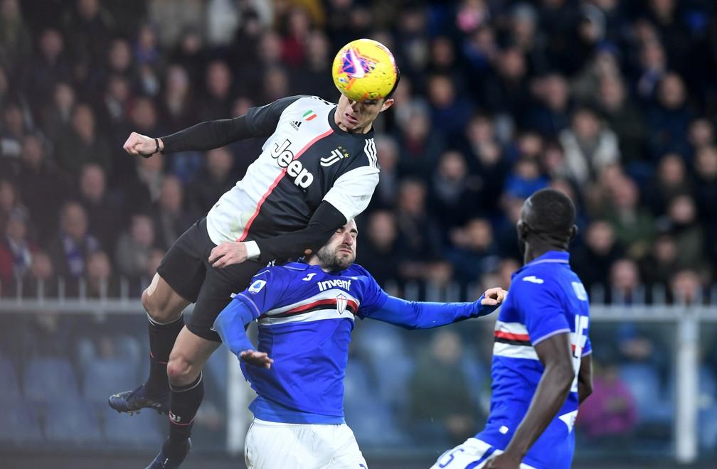 Cristiano Ronaldo, da Juventus, sobe muito para marcar contra a Sampdoria — Foto: Jennifer Lorenzini/Reuters