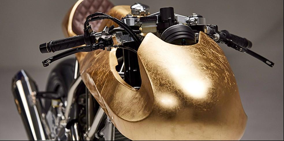 Ducati Scrambler folheada a ouro (Foto: Aella/Divulgação)