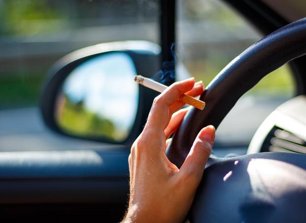 Projeto de lei proíbe fumar no carro (Foto: Thinkstock)