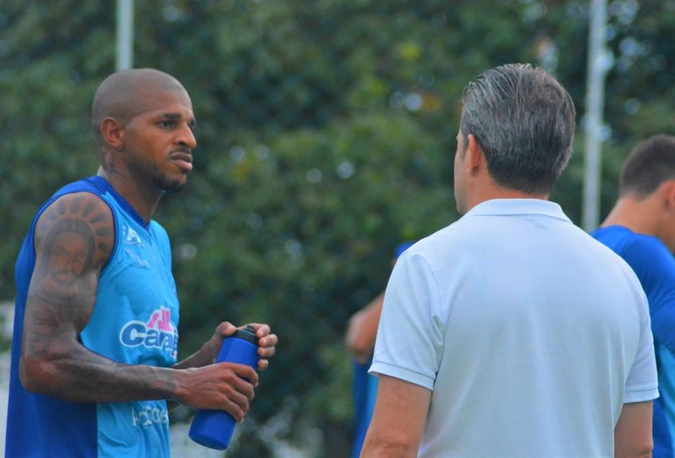 Jarro Pedroso conversa com Argel no treino desta quarta — Foto: Augusto Oliveira/Ascom CSA