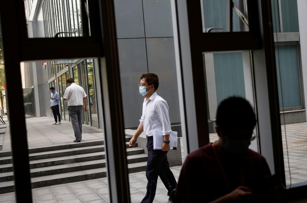 Movimento de pedestres em no centro financeiro de Pequim na quinta-feira (16). — Foto: Tingshu Wang / Reuters