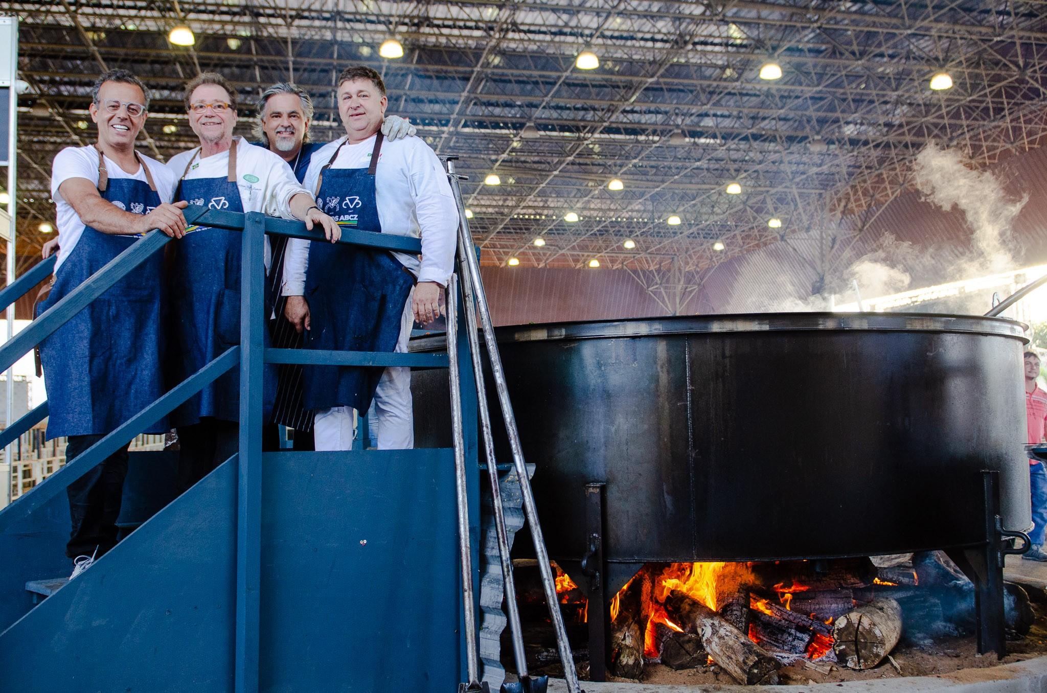 Os cinco chefs que passaram quase 12 horas preparando um cozido gigantesco de 4.778 quilos de carne (Foto: Maria Gabryella Ribeiro)