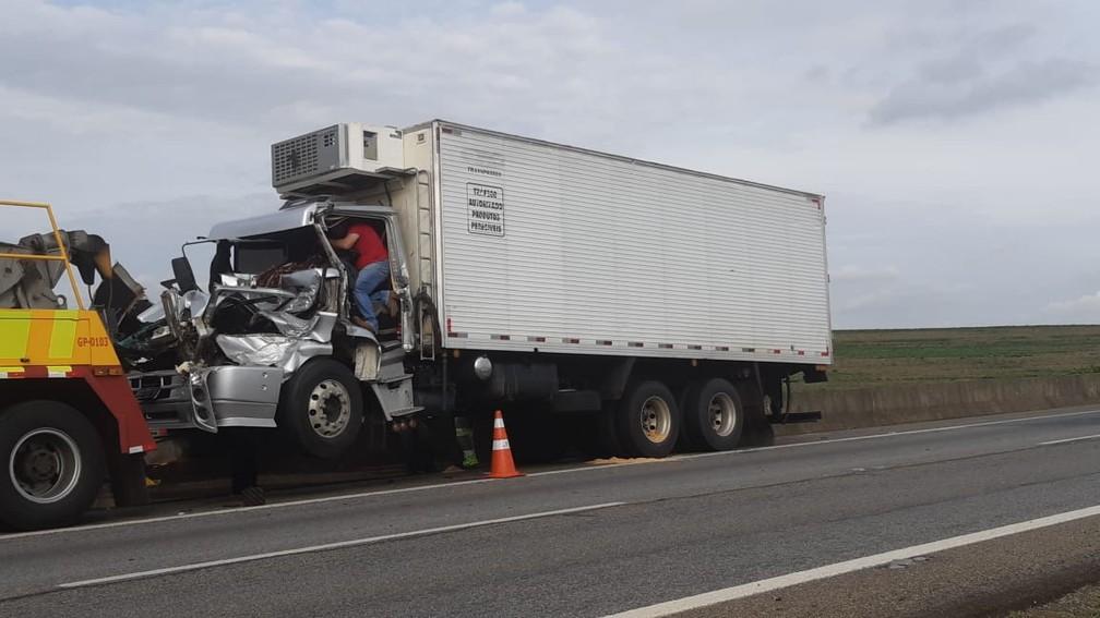 Acidente entre dois caminhões deixou dois feridos em Limeira — Foto: Edijan Del Santo/EPTV