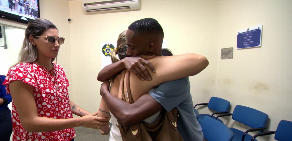 Leonardo abraça a mãe de Matheus Lessa — Foto: Reprodução/TV Globo