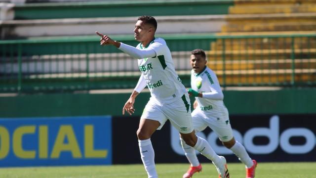 Elton comemora gol do Cuiabá contra a Chapecoense