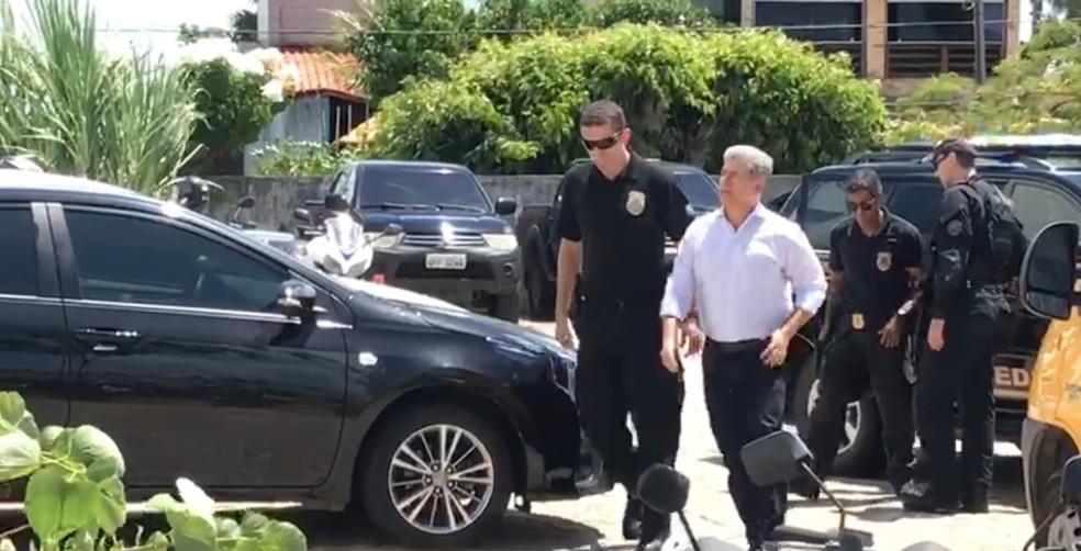 Prefeito de Cabedelo (PB), Leto Viana, foi encaminhado à sede da Polícia Federal, na Paraíba (Foto: Walter Paparazzo/G1)