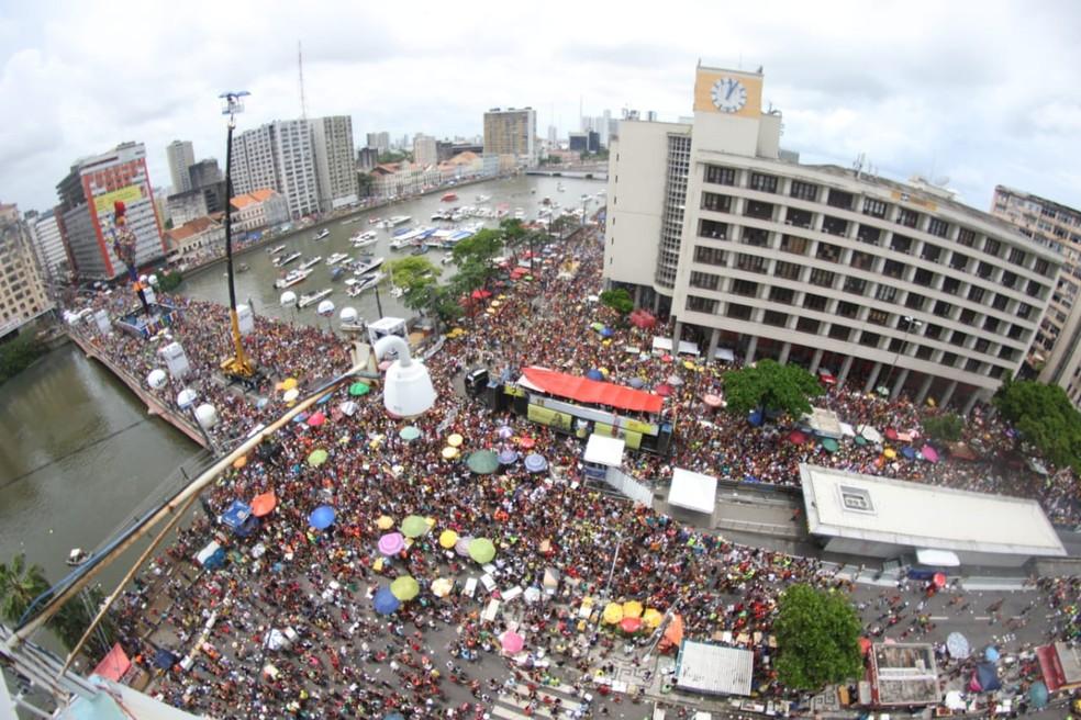 Galo da Madrugada atrai foliões na Avenida Guararapes, no Centro do Recife, no carnaval 2019 — Foto: Aldo Carneiro/Pernambuco Press